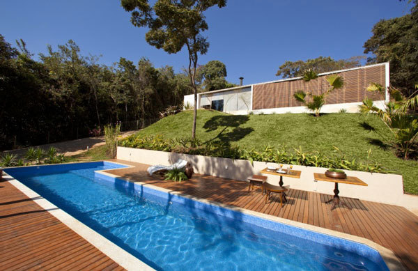 Bright youthful house in the rocky landscape in brazil for Knebel design pool ug