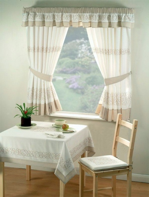 Kitchen Curtains Serve As Sun Protection And Jazz Up Your