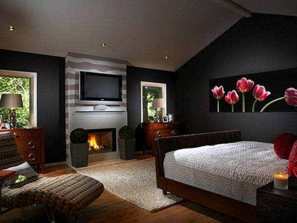 the black wallpaper creates an artistic living environment in your