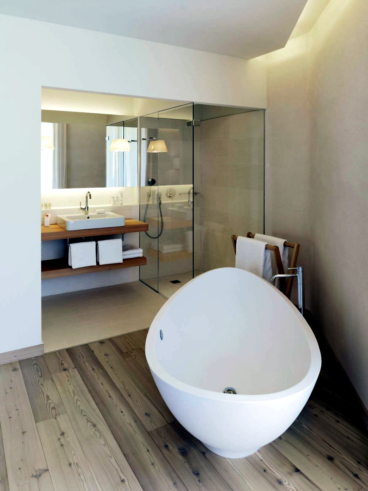Modern Built In Bath Tub With Space Saving Design