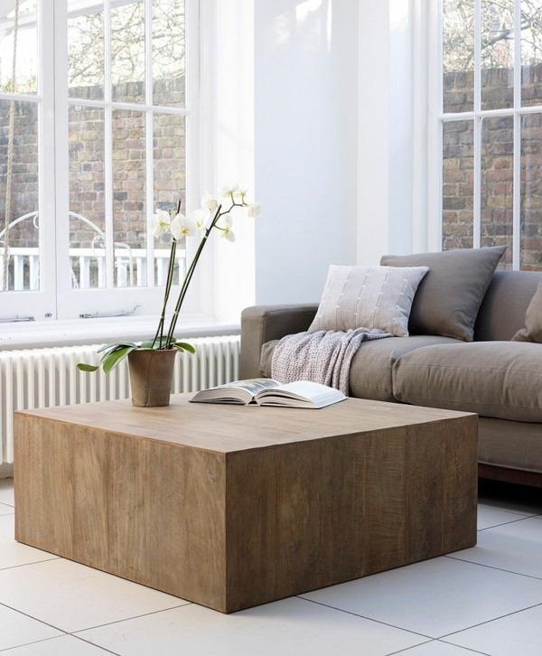 Möbel - A wooden coffee table in the living room adds warmth and naturalness in
