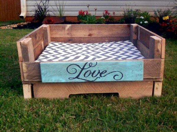 Make great dog beds from Euro pallets themselves - dog beds made of wood