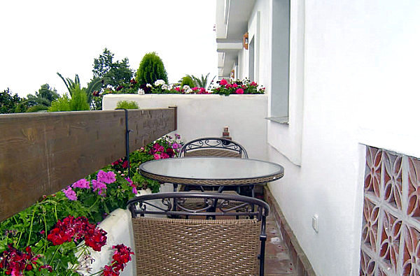 Cool balcony decoration ideas create your balcony with for Cool apartment patio ideas