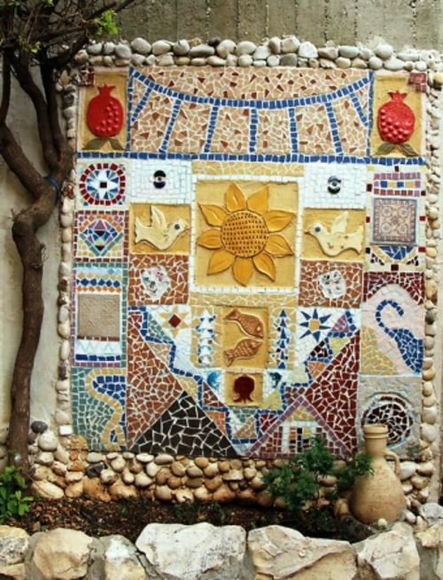 13 beautiful designs for your mosaic in the garden for Garden wall mosaic designs