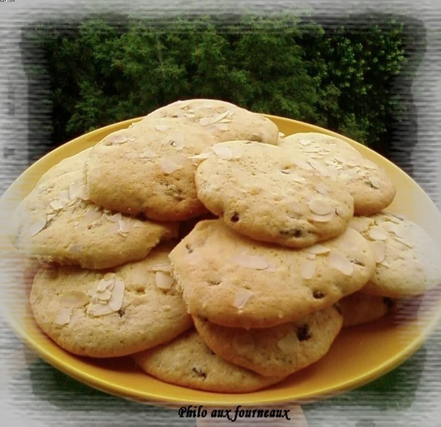 Cookies with raisins and almonds