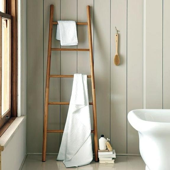 Badezimmer - Wooden towel ladder in both rustic as well as in modern bathroom