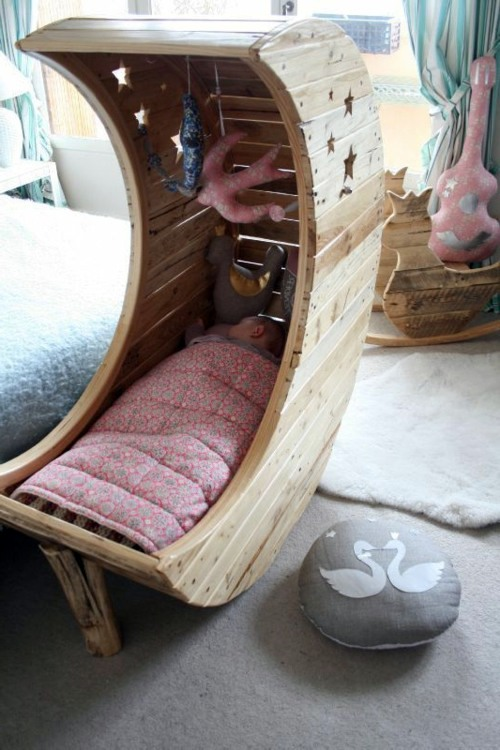 Moon cot from Euro pallets