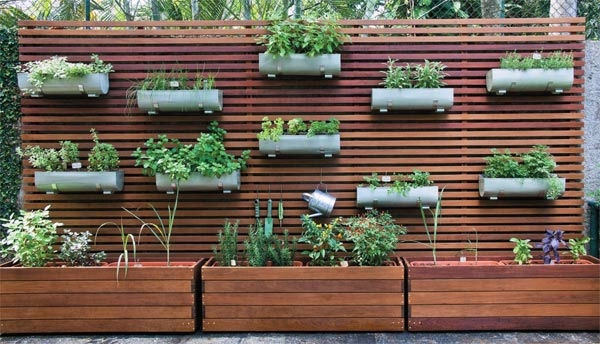 Einrichtungsideen - Create a vertical garden for your home by wooden panels