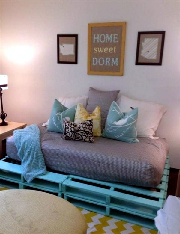 Sofa from pallets integrate - DIY furniture is practical and original
