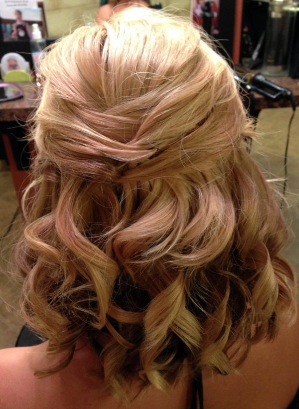 Bridal hairstyle half open - come on in style under the hood!