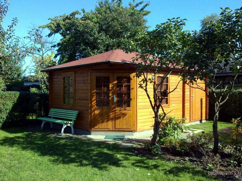 With a wooden garden shed it is romantic interior design for Casette prefabbricate usate